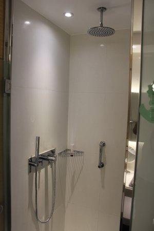 Monte-Carlo Bay & Resort: Separat shower