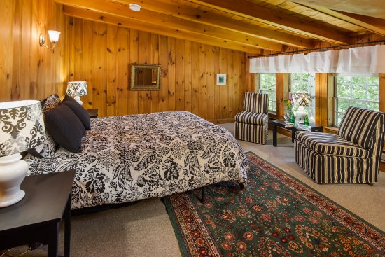 Eaton, New Hampshire: Second floor room with queen bed in Carriage house. All Carriage House rooms come with private b