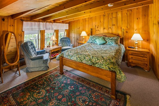 Snowvillage Inn: Second floor room with queen bed in Carriage house. All Carriage House rooms come with private b