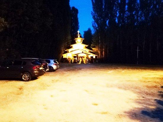 Il parcheggio con la chiesetta sullo sfondo foto di for Genio in sedia a rotelle