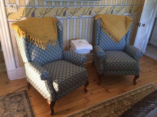 Skaneateles, Estado de Nueva York: The Stella Room with beautiful Queen Anne style reclining chairs