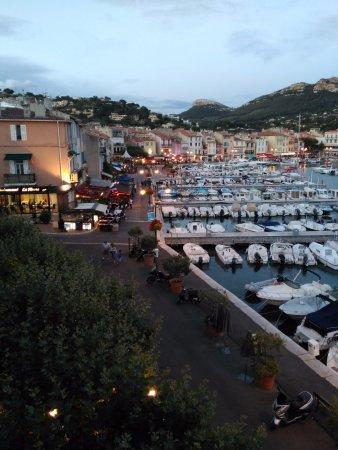 Hotel Le Golfe: Zona de restaurantes del puerto desde el balcon