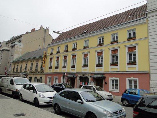 Hotel am Brillantengrund: Отель расположен в этом жёлтом 3-х эт. здании 18 века. Наш номер был на 2 этаже, окно крайнее сп