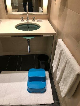 Four Seasons Hotel Tokyo at Marunouchi: Step stool for kids provided