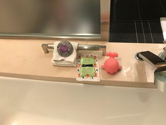 Four Seasons Hotel Tokyo at Marunouchi: Bath toys for kids provided
