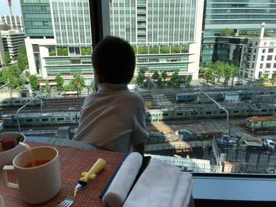 Four Seasons Hotel Tokyo at Marunouchi: Watching the trains at breakfast (and note the kids fork and cup as well).
