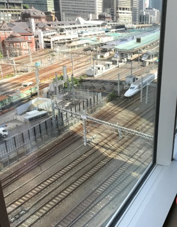 Four Seasons Hotel Tokyo at Marunouchi: The full view of the station from our breakfast table.