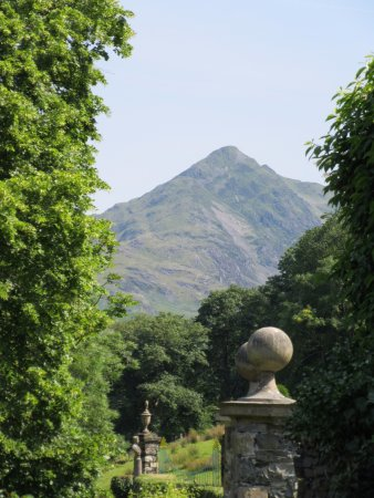 Plas Brondanw Gardens: Mount Snowdon
