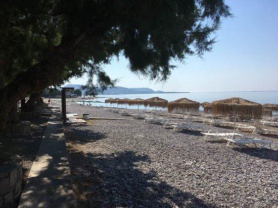 Elvita : Stranden neden for hotellet - kig til venstre.....