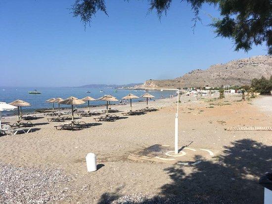 Elvita : Stranden neden for hotellet - kig til højre....