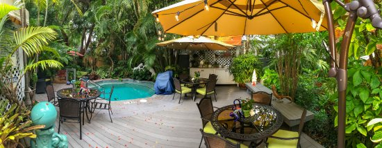 The Mermaid & The Alligator: Beautiful garden and breakfast deck area with jacuzzi/hot tub pool.
