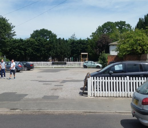 Thorpe le Soken, UK: play area and beer garden at the back of car park and pub