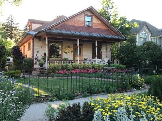 Best Kept Secret B & B: Come enjoy the uncommonly pretty gardens