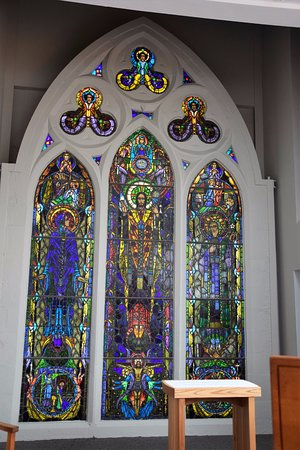 Cong, Irlande : The beautiful stained glass in a church scene