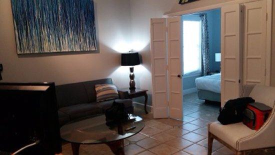 Douglas House: Habitacion living amplio bien amueblado y dormitorio