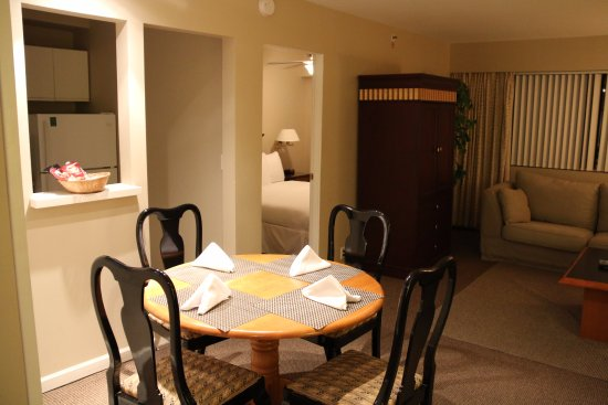 Rosellen Suites At Stanley Park: Dining area in main common area