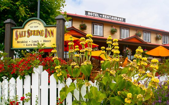 Salt Spring Inn Restaurant : Our garden patio blooms from Spring until Fall!