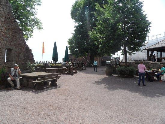 Burgschänke Landeck Sitzbereich - Burghof - Bild von Burgschänke ...