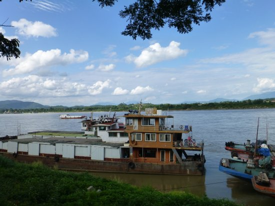 Wat Phra Buat : Laos across the river