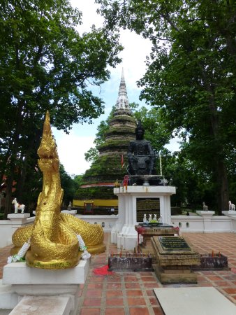 Chiang Saen, Thailand: monument in chedi luang
