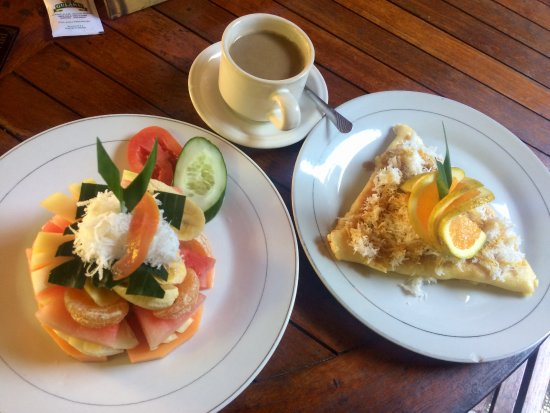 Praety Home Stay: Fruit salad & banana pancake breakfast, a must try!