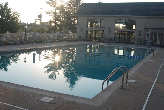 Bird-In-Hand Family Inn: Outdoor pool