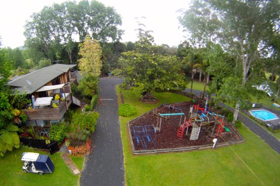 Bay of Islands Holiday park: Reception office + Playground + Volleyball court