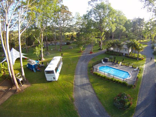 Bay of Islands Holiday park: Camping area close to swimming pool