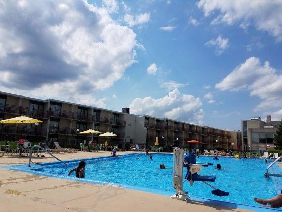 Red Lion Hotel Harrisburg Hershey: Great Outdoor Pool!!!
