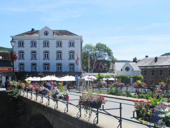 Stavelot, Belgia: Brasserie-Restaurant Le Baron with its lovely terrace, situated at the top of the Waterfalls of