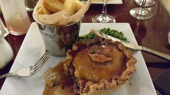 Arlington, UK: Steak, mushroom and ale pie with red wine gravy - delicious!