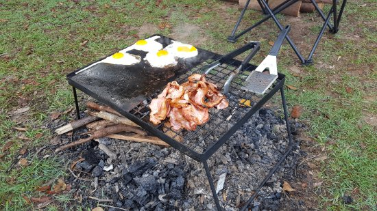 Traveston, Austrália: Can't beat bacon and eggs on the open fire