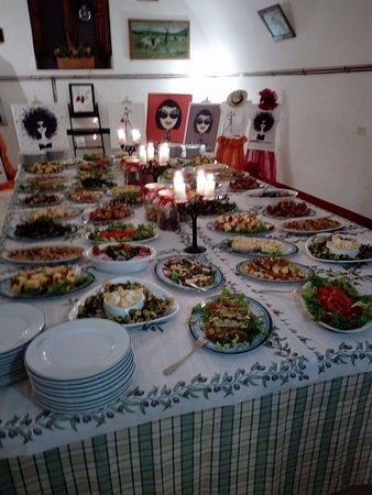 la foto descrive un buffet di antipasti molto vario