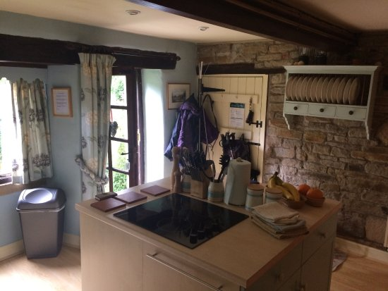Edale, UK: Kitchen with centre island