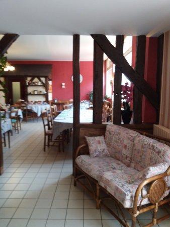 Vibraye, Francia: Petit salon situé entre la salle de restaurant et la salle accueillant les groupes