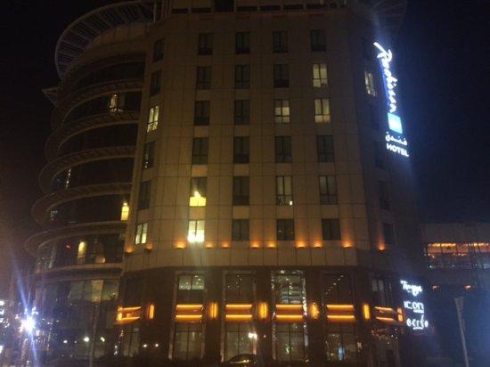 Radisson Blu Hotel, Dubai Media City: Front view (1) of hotel