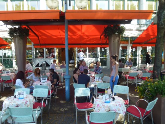 Eiscafe Fontanella: The outdoor seating area