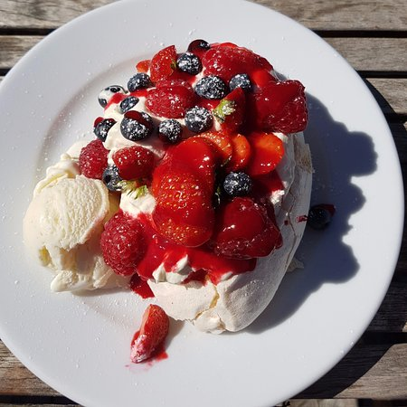 Dittisham, UK: Fruit Pavlova with ice cream