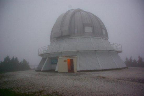 Notre Dame des Bois, Canada: Observatoire au sommet dans les nuages