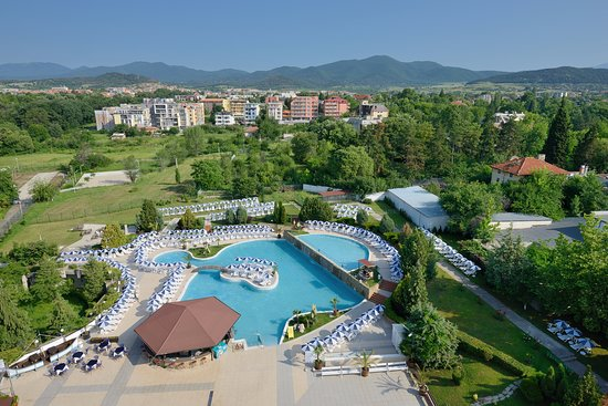 Hissarya, Bułgaria: Outdoor swimming pool and children's pool with mineral water & water bar in the beautiful garden