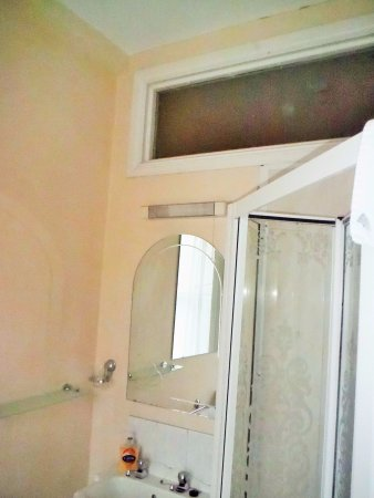 All Seasons Guest House: Window Allowing People to Look Into Bathroom from Inside the Hotel