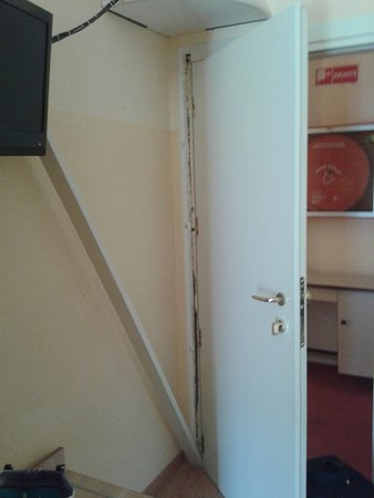 Hotel Chris: Aprendo la porta lo stipite mi è caduto in testa, poi l ho appoggiato alla tele