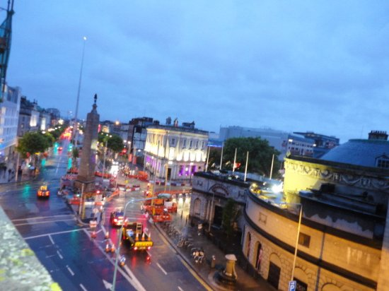 Cassidys Hotel: The view from our window out to O'Connell street.