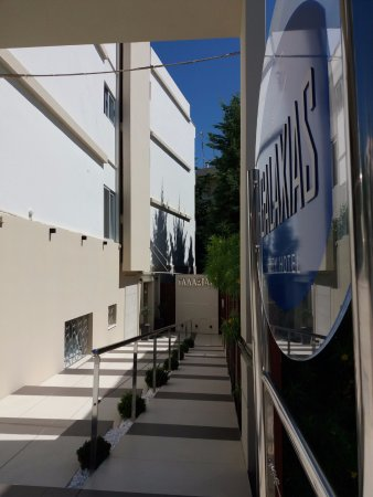 Hotel Galaxias: Ingresso dalla via principale