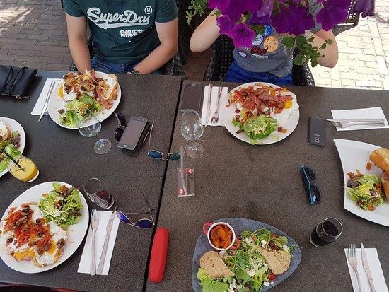 Eersel, هولندا: Uitsmijters, vega salade en panini. Lekker!