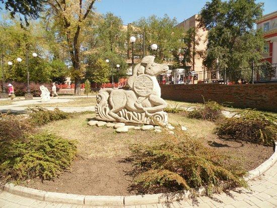 Donetsk, Ukraine: Такие фигуры можно увидеть в парке около планетария.