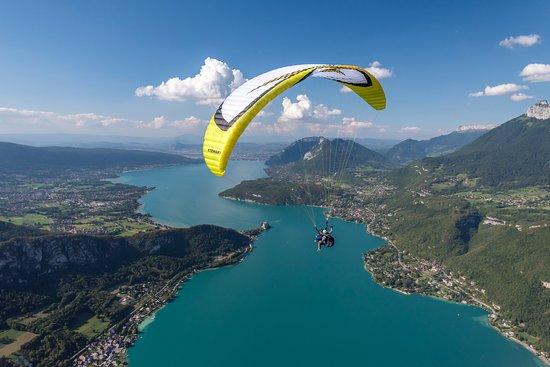 Doussard, France: Survolez le lac d'Annecy.