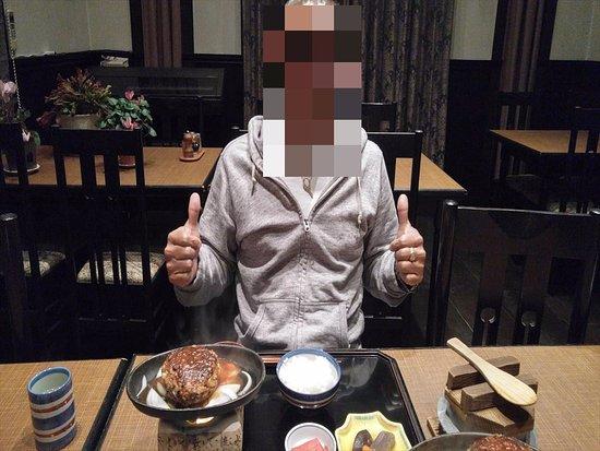 Takayama Park City Hotel: 夕食オプションで¥2000ぐらい、ちょっと寂しい感じ、でも飛騨牛のハンバーグ