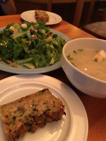 Café Atl : 心齋橋逛街區美味的蔬食餐廳,價格實惠,開到晚上10點,逛街後超棒的選擇。  我們點了兩套晚餐,分別是核桃鮮蔬沙拉、燉飯,以及味增湯、芝麻蔬菜貝果,每一樣都非常好吃!推薦!