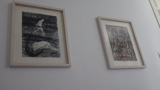Townhouse Tel Aviv: депрессивные картины в номере